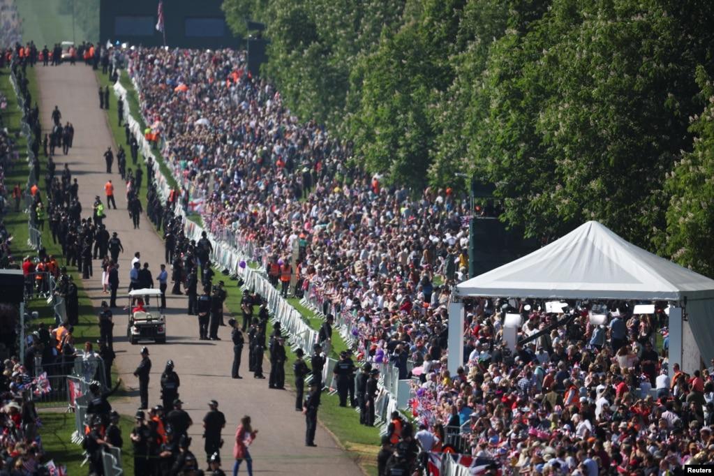 Шанувальники королівської сім'ї в очікуванні важливої для всієї Британії події