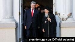 Президент України Петро Порошенко і Вселенський патріарх Варфоломій I під час відвідання собору Святого Георгія. Стамбул (Туреччина), 3 листопада 2018 року