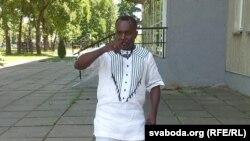 Амос Акпанурам у нігерыйскай вышыванцы