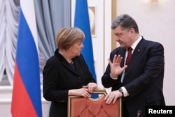 Petro Poroșenko sicutînd cu Angela Merkel