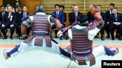 Путин и Абэ наблюдают за показательными соревнованиями по старинному дзюдо. Токио, 16 декабря