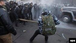 17 грудня біля Верховної Ради України сталася штовханина між правоохоронцями та учасниками акції протесту проти запровадження ринку землі сільськогосподарського призначення