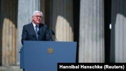 Predsednik Nemačke drži govor na ceremoniji u Memorijalnom centru žrtvama rata u Berlinu, 8. maja 2020.