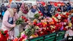 Кемеровода сауда орталығындағы өрттен қаза тапқандарды еске алып тұрған тұрғындар. 26 наурыз 2018 жыл.