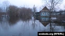Адрэзаная ад вёскі хата ў Уваравічах