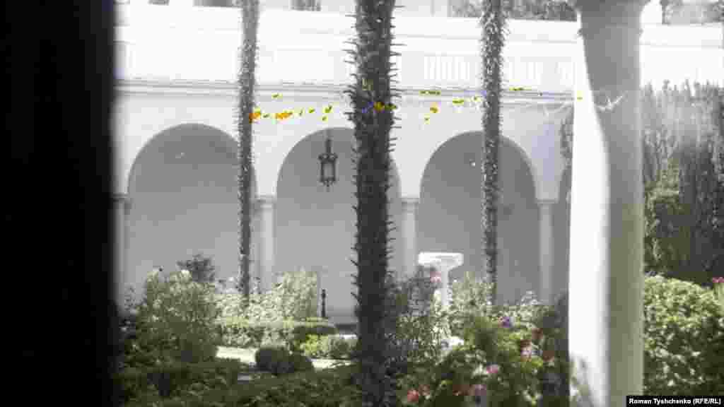 А це вже італьянсій дворик, місце для прогулянок серед вічнозелених субтропічних рослин. З чотирьох боків його оточує аркада зі стрункими колонами і плавними арками