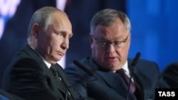 Глава ВТБ Андрей Костин вместе с президентом Путиным