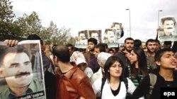 Курды - сторонники Абдуллы Оджалана с его портретом