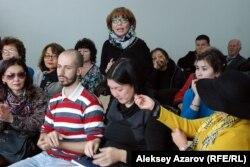 Профессор лингвистики Багиля Ахатова выступает на слушаниях по сносу здания на улице Желтоксан. Алматы, 16 октября 2015 года.