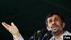 محمود احمدی نژاد می گوید که ایران «در خصوص موضوع هسته اى گفت و گو نمى كند.»