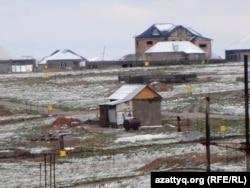 """Шымкенттің жаңа әкімшілік-іскерлік орталығының """"заңсыз"""" үйлер салынған аумағы. Шымкент, 7 сәуір 2014 жыл."""