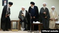 محمد یزدی، رئیس مجلس خبرگان رهبری، نزدیکترین فرد در تصویر به رهبر جمهوری اسلامی است.