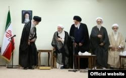 از چپ: علی خامنهای، محمد یزدی، محمود هاشمی شاهرودی، محمدعلی موحدی کرمانی، علی جنتی