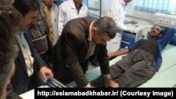 دیدار معاون وزیر بهداشت ایران با افراد مسموم شده، در بیمارستان امام خمینی اسلامآباد غرب.