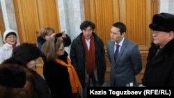 Активисты, поддерживающие требования редактора журнала ADAM bol Гульжан Ергалиевой, у акимата Алматы. Алматы, 2 февраля 2015 года.