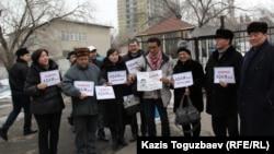 ADAM bol журналының редакторы Гүлжан Ерғалиеваны қолдау акциясында тұрған адамдар. Алматы, 24 қаңтар 2015 жыл.