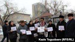 Журналисты и сторонники журнала ADAM bol проводят акцию в поддержку закрываемого властями издания. Алматы, 24 января 2015 года.