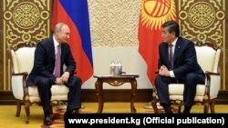 ბიშკეკი, 2019 წლის 13 ივნისი: ყირგიზეთისა და რუსეთის პრეზიდენტების, სორონბაი ჯინბეკოვისა (მარჯვნივ) და ვლადიმირ პუტინის შეხვედრა