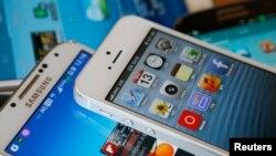Pamje e telefonave të mençur të tipit iPhone dhe Galaxy S
