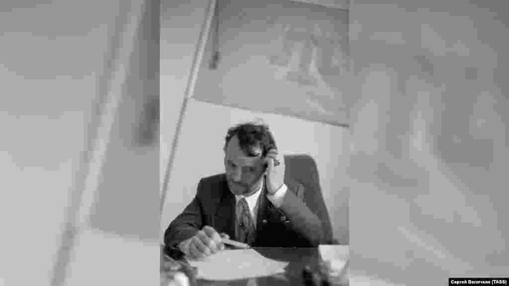 Червень 1994. Тоді ще один з керівників Меджлісу кримських татар Мустафа Джемілєв з тамгою на стіні свого кабінету