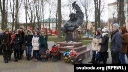 Каля помніка Ўладзімеру Караткевічу