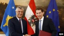 Sebastian Kurz (djathtas) dhe Hashim Thaçi gjatë një takimi të tyre të mëparshëm