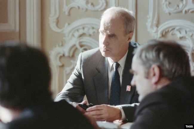 Ю. К. Севенард, руководитель строительства дамбы, на совещании, 1989