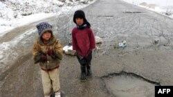 Əfqanıstanda qarlı küçələrdə dilənən uşaqlar, Kabul, 5 fevral 2010