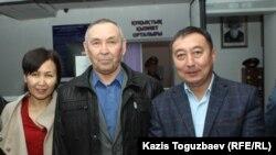 Майор МВД в отставке Болатхан Жунусов (в центре) после освобождения со своими защитниками — дочерью Лаурой Жунусовой и адвокатом Галымом Нурпеисовым. Талдыкорган, 21 октября 2019 года.