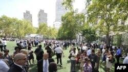 Зилзиладан қочиб Қуйи Манҳэттен боғига йиғилган одамлар, Ню Йорк, 2011 йил 23 август