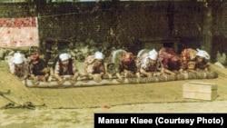 Киіз басып жатқан Иран қазақтары. 1978 жыл. (Сурет авторы - Мансұр Киай.)