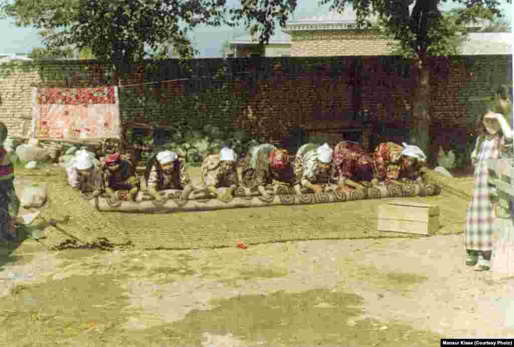 Иран қазақтарының киіз басып жатқаны. 1978 жыл. Суретті түсірген - Мансұр Киай.