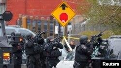 Бостондағы жарылысқа күдіктілерді ұстауға келген арнайы жасақ. Уотертаун, АҚШ, 19 сәуір 2013 жыл.