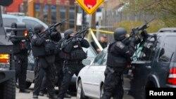 ABŞ-nyň polisiýa işgärleriniň Bostonyň eteginde Johar Sarnaýewi gözleýän pursatlary. Boston, 19-njy aprel, 2013.