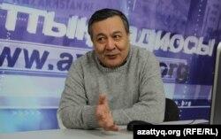Дос Көшім Азаттық радиосының студиясында сұхбат беріп отыр. Алматы, 12 ақпан 2015 жыл.