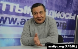 Азаттық студиясында отырған Дос Көшім. Алматы, 12 ақпан 2015 жыл.