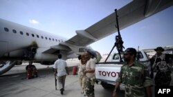 عکس حضور شبه نظامیان در فرودگاه لیبی در سال گذشته