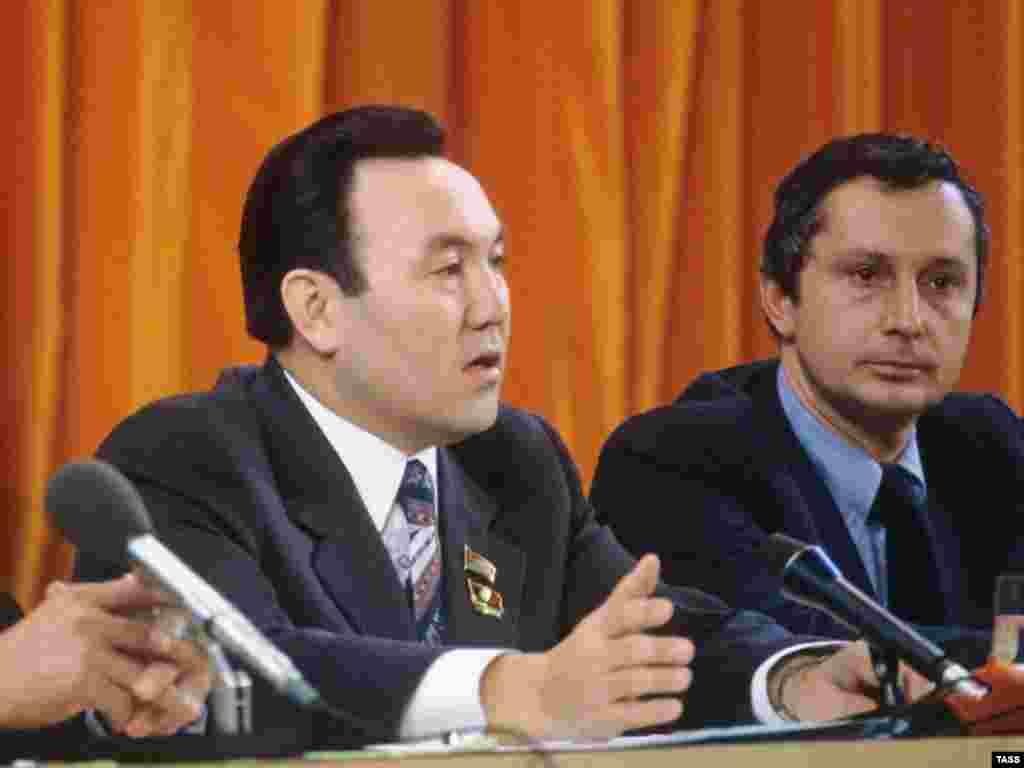 24 апреля 1990 года Верховный Совет Казахской ССР принял закон «Об учреждении поста Президента Казахской ССР и внесении изменений и дополнений в Конституцию Казахской ССР». В этот же день Верховный Совет на высшую государственную должность избрал 49-летнего Нурсултана Назарбаева. Фактически Назарбаев встал у руля власти раньше - 22 июня 1989 года он занял должность первого секретаря Центрального комитета Коммунистической партии Казахстана. На снимке: Нурсултан Назарбаев (слева) во время пресс-конференции делегации Казахской ССР. Москва, 1981 год.