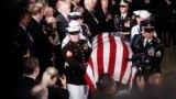 Počasni vod unosi kovčeg sa tijelom Džona Mekejna u Capitol, sjedište američkog Kongresa, 31. avgust 2018.