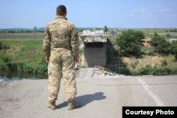 Ярослав Шнайдер на зруйнованій дорозі під Слов'янськом