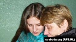 Сябар сям'і Кавалёвых (зьлева) з маці Ўладзіслава Тацянай (справа).