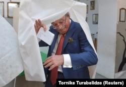 Григол Вашадзе на избирательном участке. 28 ноября 2018 года