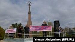 Активисттер нааразылык митингине чогулгандардын алдында сөз сүйлөп жатышат. Жалал-Абад, 2-ноябрь.