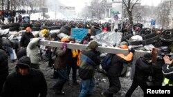 Протестчилер баррикада курууда. Киев, 22-январь 2014