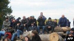 Косовские сербы - на баррикаде около села Зупсе