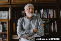 Уладзімер Арлоў у сваім працоўным кабінэце