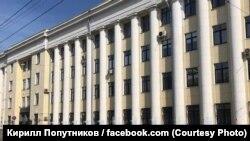 """Putin - pidor"" (""Putin - fagot"") graffiti on the columns of Yaroslavl region police main office)"