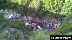 Aksidenti i sotëm ka ndodhur pak javë pas tragjedisë së Himarës. Fotografia paraqet pamje nga rrëzimi i autobusit në Himarë.