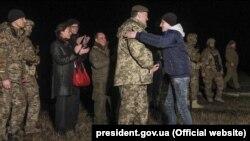 Президент України Петро Порошенко (посередині) під час зустрічі зі звільненими полоненими, яких утримували на окупованій частині Донбасу, 27 грудня 2017