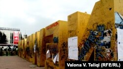 Spomenik postavljen u Prištini povodom proglašenja nezavisnosti Kosova